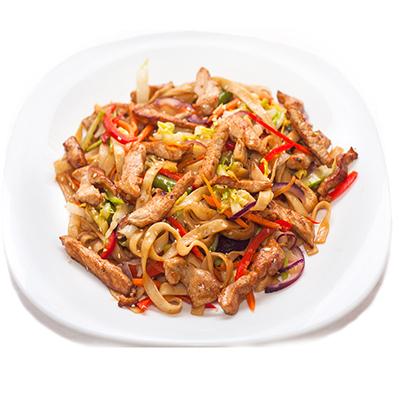 Удон с курицей, обжаренный с овощами